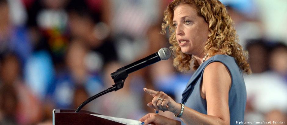 Debbie Wasserman Schultz diz que manterá compromisso de levar Hillary à Casa Branca