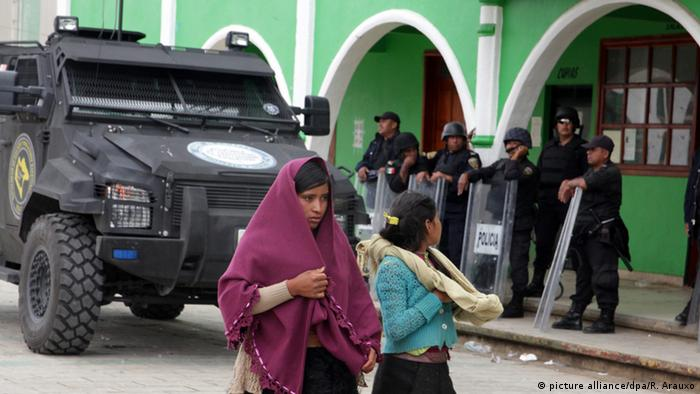 Mexican police patrol city square of San Juan Chamula, Chiapas, Mexico, 23 July 2016. (picture alliance/dpa/R. Arauxo)