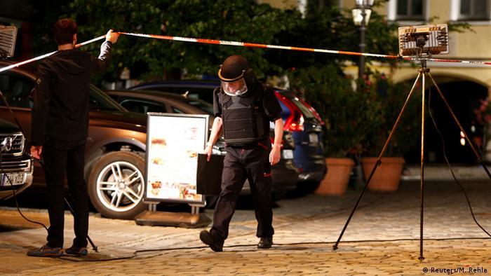 Policija na očevidu nakon eksplozije u Ansbachu u srpnju 2016.