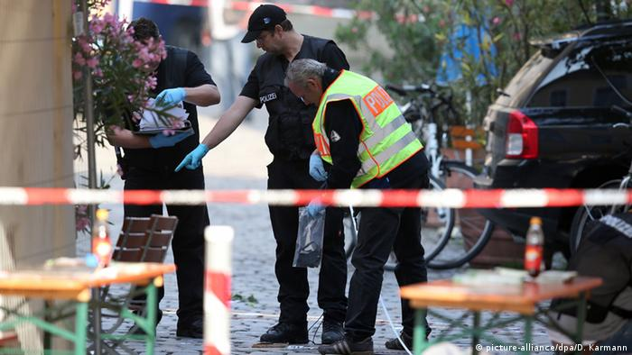 Полицейские осматривают место взрыва бомбы в Ансбахн