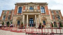 25.07.2016 Absperrgitter stehen am 25.07.2016 in Bayreuth (Bayern) vor der Eröffnung der Richard-Wagner-Festspiele vor dem Festspielhaus. Nach dem Amoklauf von München startet das berühmte Opernfestival in diesem Jahr ohne roten Teppich und den traditionellen Staatsempfang. Foto: Timm Schamberger /dpa +++(c) dpa - Bildfunk+++Copyright: picture alliance/dpa/T. Schamberger