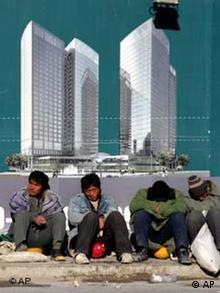 Wanderarbeiter schlafen auf einer Baustelle in Peking