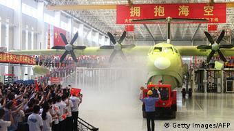 AG600 Amphibienflugzeug zum Einsatz am Boden zu Wasser und in der Luft (Getty Images/AFP)