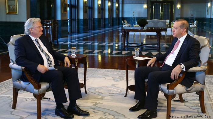 Presidente Erdogan (dir.) fala a entrevistador da ARD em Ancara