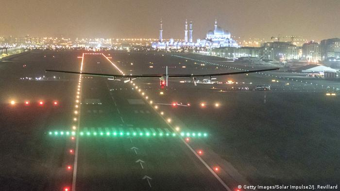 Solar Impulse 2 Abschluss der Erdumrundung in Abu Dhabi (Getty Images/Solar Impulse2/J. Revillard)