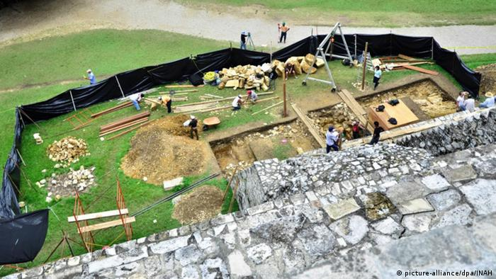 Archaeological dig at the Mayan ruins in Palenque, Mexico, Copyright: picture-alliance/dpa/INAH