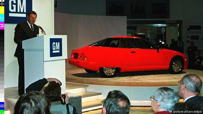جنرال موتور EV1 را در سال ۱۹۹۶ به عنوان نخستین خودرو الکتریکی عرضه و تنها یک هزار دستگاه از آن ساخته شد. این اتومبیل که رسما فروخته نمیشد و تنها از طریق لیزینگ در اختیار مشتریان قرار میگرفت دارای ضریب پسار ۱۹, ۰ است. با باطریهای این خودرو امکان طی مسافت ۲۳۰ کیلومتر وجود داشت.