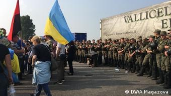 Полиция сдерживает протестующих против крестного хода