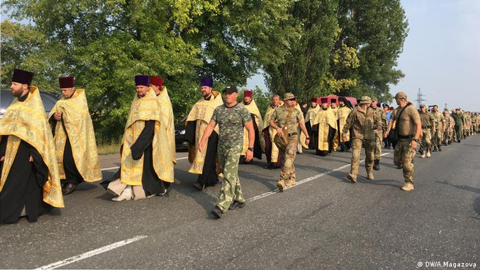 Участники крестного хода УПЦ Московского патриархата идут под охраной полиции