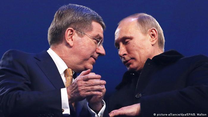 Russland Thomas Bach und Wladimir Putin in Sotschi (picture-alliance/dpa/EPA/B. Walton)