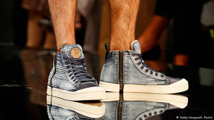 Modische Sneaker bei der Schuhmesse (Foto: Getty Images/A. Rentz)