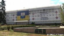 Das Polizeipräsidium in Mariupol, Ukraine ist mit einer Plane verhangen - in vier Sprachen wird verkündet, dass Mariupol ukrainisch ist DW/C.F.Trippe
