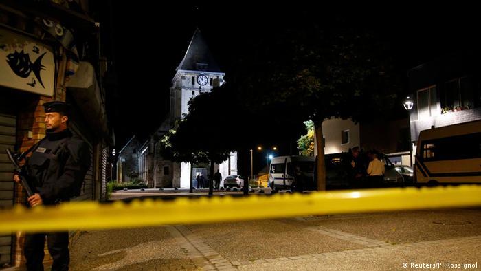 Poliţist francez de gardă lângă biserica atacată de terorişti la Rouen, în Normandia