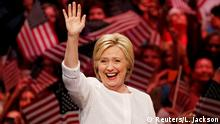 JUNI 2016 ***** Democratic U.S. presidential candidate Hillary Clinton waves as she arrives to speak during her California primary night rally held in the Brooklyn borough of New York, U.S. On June 7, 2016. REUTERS/Lucas Jackson/File Photo Copyright: Reuters/L. Jackson