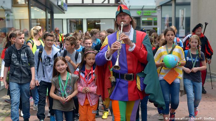 Deutschland Michael Boyer im Kostüm des Rattenfängers von Hameln (picture-alliance/dpa/P. Steffen)