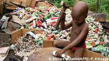 Afrika Menschenhandel Kinderarbeit Symbolbild Mädchen arbeitet in Abidjan
