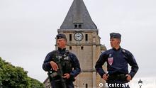 Zwei Mitglieder der Sicherheitskompanien der Republik (CRS) am Mittwoch vor der attackierten Kirche