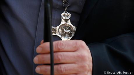 Frankreich Hollande mit Vertretern der Religionen Dominique Lebrun mit Kruzifix Symbolbild