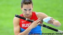 FILE - Yelena Isinbayeva of Russia prepares for the start of the women's Pole Vault final at the 14th IAAF World Championships at Luzhniki stadium in Moscow, Russia, 13 August 2013. EPA/SERGEI ILNITSKY (zu dpa-Meldung: «Issinbajewa begrüßt Olympia-Ausschluss von Whistleblowerin Stepanowa» vom 24.07.2016) +++(c) dpa - Bildfunk+++   picture alliance/dpa/S. Ilnitsky