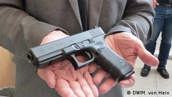Пистолет марки Glock. Убийца также использовал глушитель