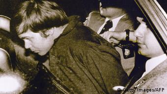 Hinckley com dois agentes