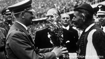 Ο Σπύρος Λούης παραδίδει κλάδο ελαίας στον Α. Χίτλερ στους Ολυμπιακούς του ΄36