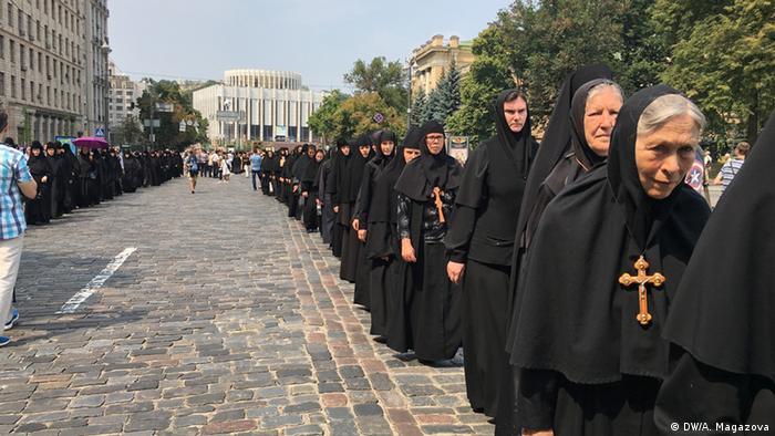 По завершенню молитви на Володимирській гірці хресна хода рушила до Києво-Печерської лаври