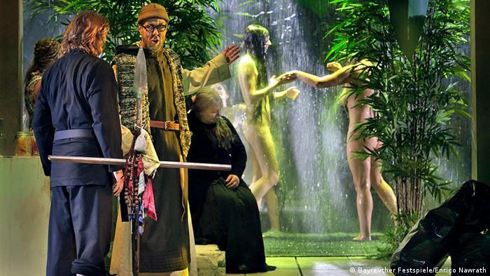 У постановці Парсіфалю 2016 року можна побачити героїнь і у паранджі, і без одягу