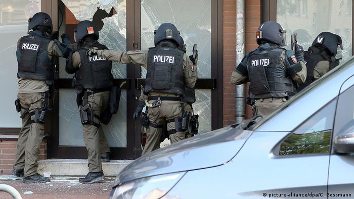 Deutschland Razzia in Hildesheim (picture-alliance/dpa/C. Gossmann)