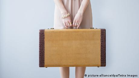 Woman with a suitcase, Copyright: picture-alliance/dpa/Tetra Images