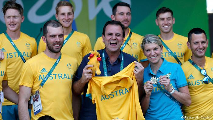 Rio's mayor Eduardo Paes with Kitty Chiller and members of Australia's Olympic team. (Photo: REUTERS/Edgard Garrido)