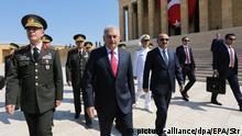 Premier Binali Yildirim mit hohen Militärs vor dem Treffen des Militärrats in Ankara