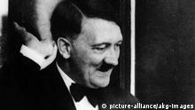 Hitler im Bayreuther Festspielhaus,1938. Hitler, Adolf Politiker (NSDAP). Braunau 20.4.1889 - (Selbstmord) Berlin 30.4.1945. - Hitler beim Besuch der Bayreuther Festspiele: Gruessend auf dem Balkon im Festspielhaus.- Foto, 1938. | Copyright: picture-alliance/akg-images