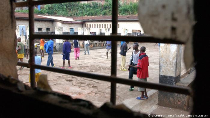 Kongo Gefängnis Blick durch Fenster auf Häftlinge