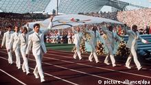 Archiv 1972 ARCHIV - Die Mannschaft des deutschen Gold-Achters von Mexiko 1968 trägt am 26.08.1972 in München bei der Eröffnungsfeier der Olympischen Spiele die Olympia-Fahne in das Olympiastadion. Der DOSB gibt am 16.03. eine Empfehlung für die deutsche Bewerberstadt für die Olympischen Spiele 2024/2028 ab. Foto: dpa ( +++(c) dpa - Bildfunk+++   Verwendung weltweit (c) picture-alliance/dpa