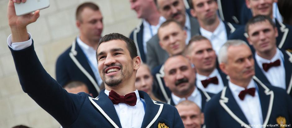 Atletas russos na apresentação do uniforme: muitos encararam com humor semelhança das roupas americanas