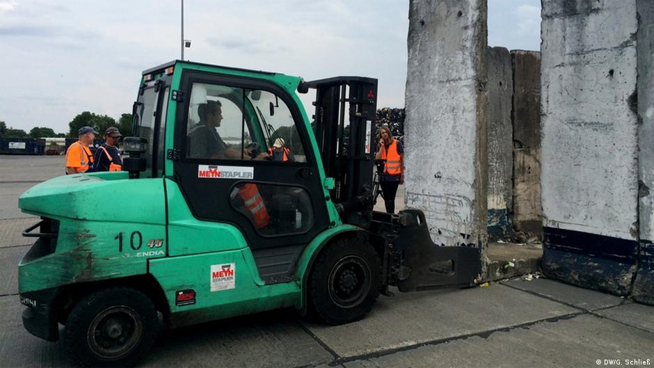 Остатки Берлинской стены стали помойкой