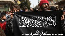 Syrien Gegner von Bashar Assad protestieren und halten dabei die al-Nusra Flagge
