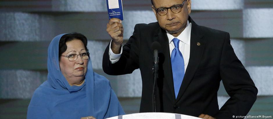 Khizr Khan e a esposa, Ghazala, durante a convenção do Partido Democrata