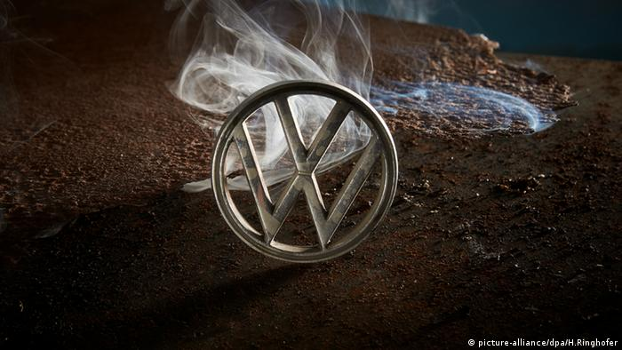 VW Logo Emblem Emission Abgas USA Krise (picture-alliance/dpa/H.Ringhofer)