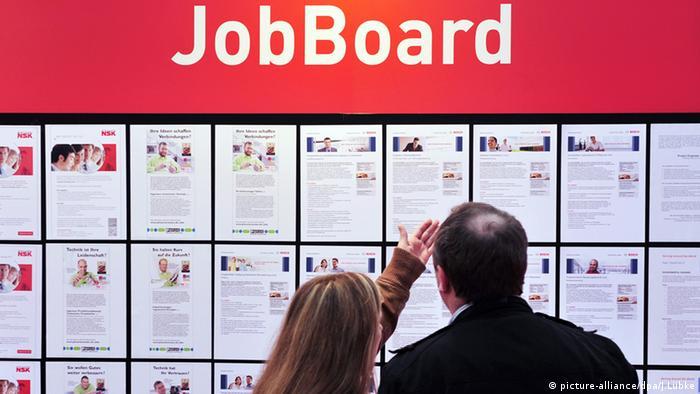 Tafel mit Stellenangeboten Arbeitslosigkeit im Euroraum bleibt auf Fünf-Jahres-Tief