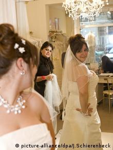 Hochzeit Brautkleid (picture-alliance/dpa/J.Schierenbeck)