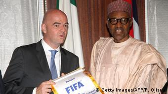 FIFA President Gianni Infantino presents a souvenir to Nigerian President Mohammadu Buhari (Getty Images/AFP/P. Ojisua)