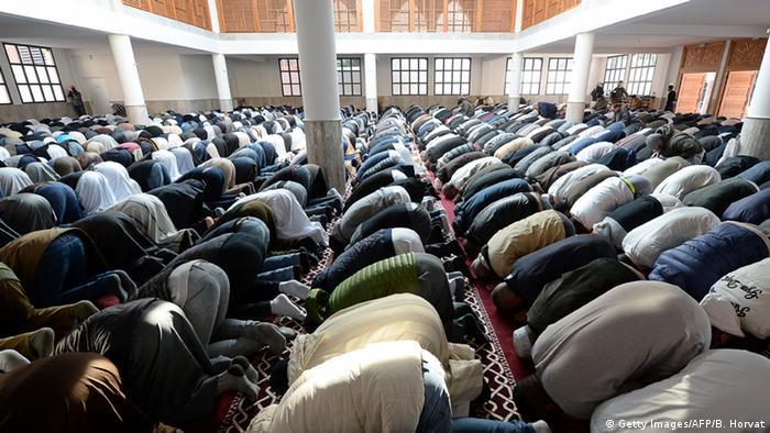 El Gobierno francés anunció el cierre de una mezquita en Torcy, en el este de París, porque se había convertido en un lugar desde el que se propagaba una ideología radical y se inducía a la yihad (Guerra Santa).11.04.2017
