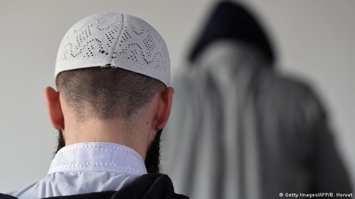 Oración en mezquita de Frejus, Francia.