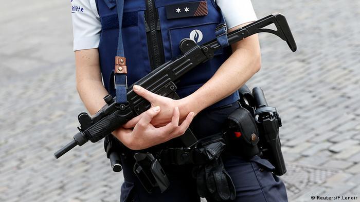 Бельгийский полицейский с автоматом