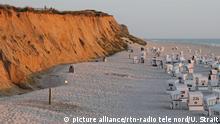 Sommer - Urlaub - Strandkoerbe - Wolken - Wellen - Strand - Sylt - Wetter Sonnenuntergang vor dem Roten Kliff in Kampen und diverse Strandszenen bei wechselhaftem Wetter | Verwendung weltweit picture alliance/rtn-radio tele nord/U. Strait