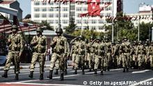 Türkische Soldaten marschieren 2015 bei einer Militärparade durch Istanbul
