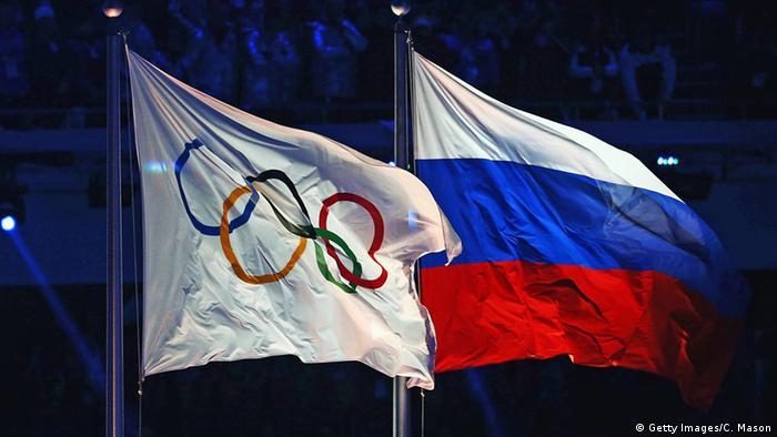 Олимпийский и российский флаги на зимней Олимпиаде в Сочи