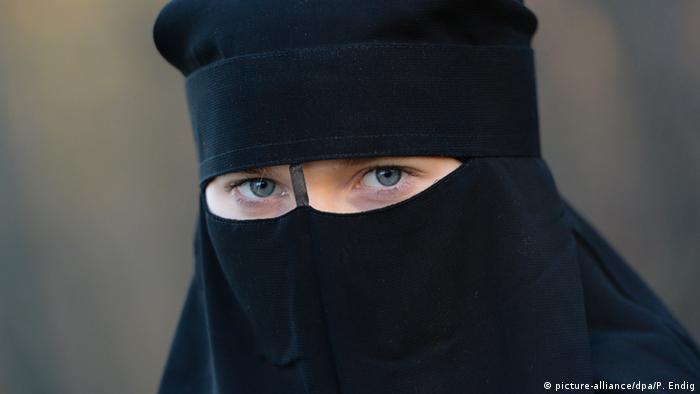mulher muçulmana de niqab preto